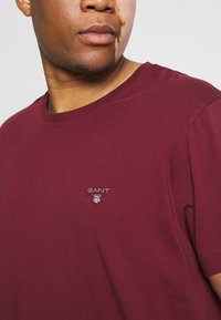 GANT - PLUS THE ORIGINAL - Basic T-shirt - port red - 5