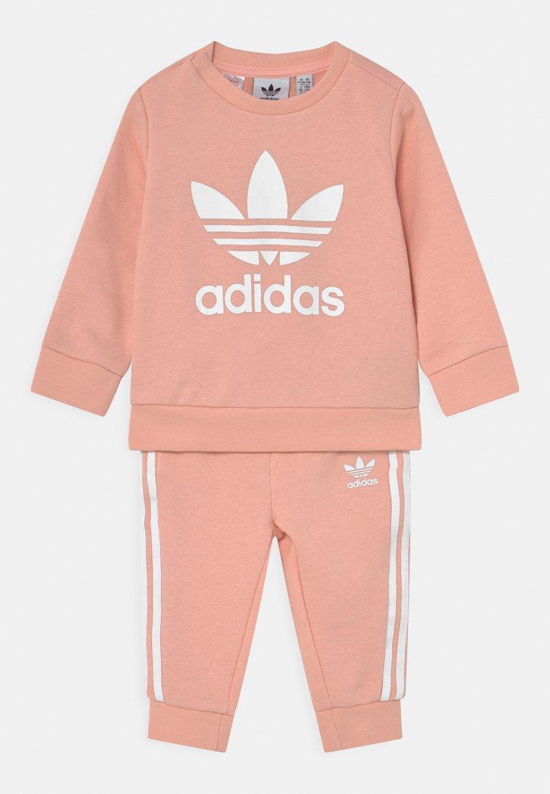 adidas Originals - CREW SET UNISEX - Trainingspak - haze coral/white