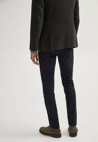 Massimo Dutti - MIT WEBKANTE - Slim fit jeans - black - 2