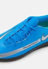Nike Performance - PHANTOM GT CLUB IC UNISEX - Indoor football boots - photo blue/metallic silver/rage green - 5