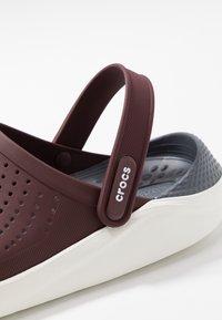 Crocs - LITERIDE RELAXED FIT - Drewniaki i Chodaki - burgundy/white - 5