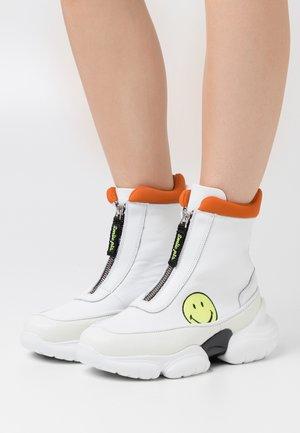 HAMLIN SMILE - Sneakersy wysokie - white