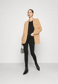 Vero Moda - VMSOPHIA SKINNY DESTROY JEANS  - Jeans Skinny Fit - black denim - 1