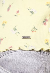 Hollister Co. - LETTUCE BABY TEE - Print T-shirt - yellow - 5