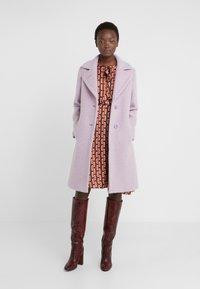 Sand Copenhagen - COLD DYED CLARETA LONG - Classic coat - soft purple - 2