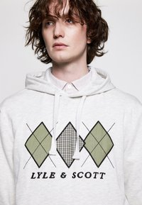 Lyle & Scott - APPLIQUE HOODIE RELAXED FIT - Mikina skapucí - vanilla ice marl - 4