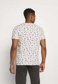 Jack & Jones PREMIUM - JPRBLUTOM TEE CREW NECK - T-shirt med print - rainy day - 2