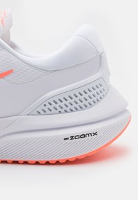 Nike Performance - AIR ZOOM VOMERO 15 - Nøytrale løpesko - white/crimson pulse/crimson tint/black - 5