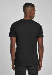 Mister Tee - MISTER TEE PRAY DOLLAR - Print T-shirt - black - 2