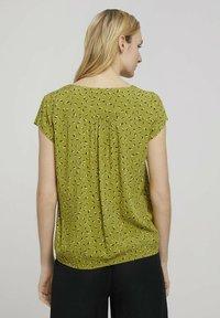 TOM TAILOR - WITH FEMININE NECKLINE - Bluser - green geometrical design - 2