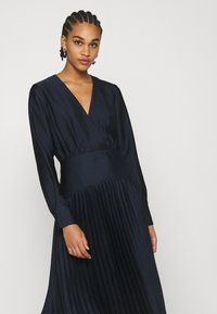 Scotch & Soda - FEMININE DRESS WITH PLEATED SKIRT IN STRUCTURED QUALITY - Cocktail dress / Party dress - night - 3