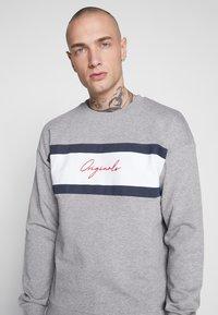 Jack & Jones - JORCUBO CREW NECK - Sweatshirt - light grey - 4