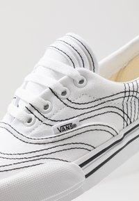 Vans - ERA - Sneakersy niskie - true white/black - 5