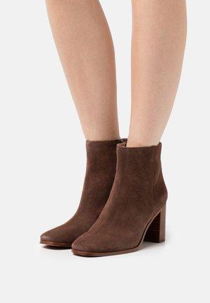 GREER - Kotníková obuv - rich brown