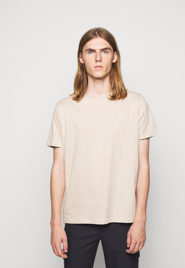 HANGER TEE - T-shirts - oxford tan