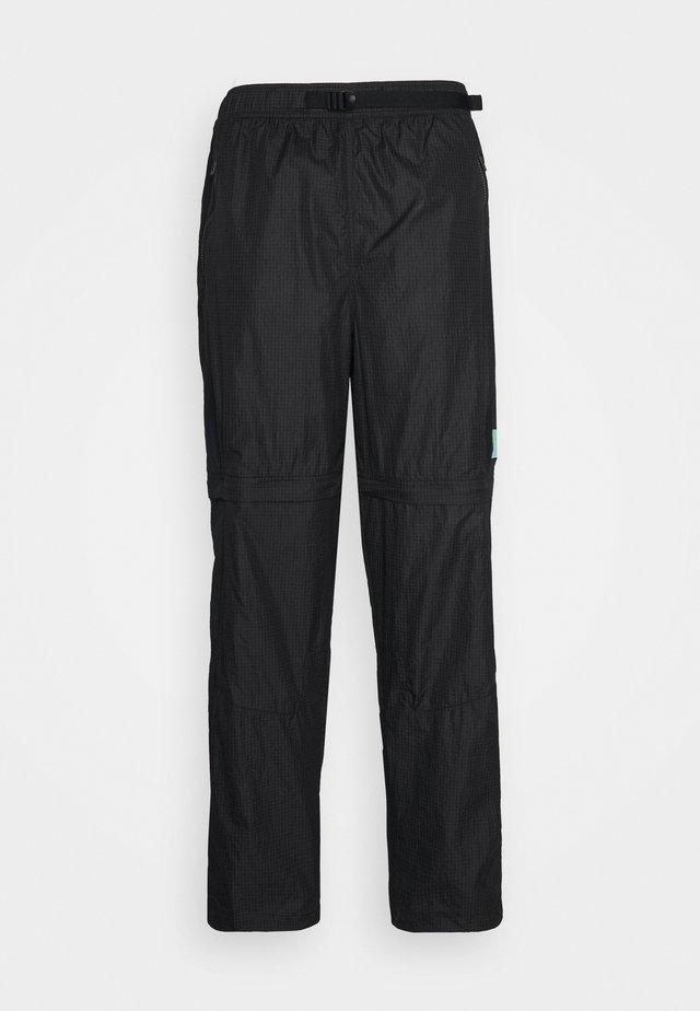 TRACK PANT - Teplákové kalhoty - black/university gold