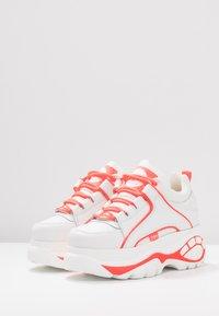 Buffalo London - Tenisky - white/pink - 4