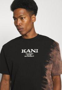 Karl Kani - RETRO BLEACHED TEE UNISEX - T-shirt con stampa - black - 3