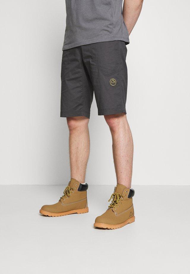 BLEAUSER SHORT - Pantalón corto de deporte - carbon/kiwi