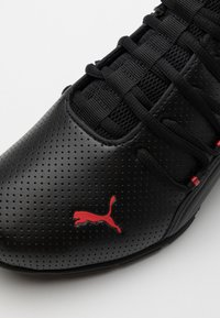 Puma - AXELION - Chaussures d'entraînement et de fitness - black/high risk red - 5