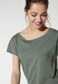Tezenis - BRUSTTASCHE - Basic T-shirt - light military - 3