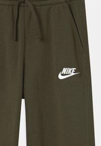 Nike Sportswear - PLUS CLUB - Tracksuit bottoms - khaki - 2