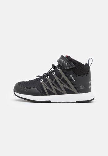 OPPSAL MID GTX UNISEX - Hiking shoes - black/charcoal