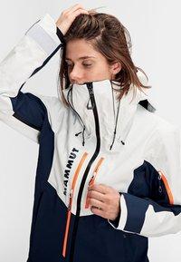 Mammut - Kurtka snowboardowa - marine-bright white - 5