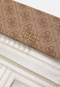 Guess - MIKA POCKET TRIFOLD - Portefeuille - brown - 5