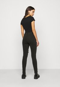 Missguided Petite - SINNER HIGHWAISTED AUTHENTIC RIPPED - Jeans Skinny Fit - black - 2