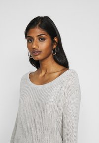Missguided Petite - AYVAN OFF SHOULDER JUMPER DRESS - Sukienka dzianinowa - light grey - 5