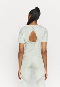 Puma - PAMELA REIF X PUM TEE BACK CUTOUT - Print T-shirt - desert sage - 2