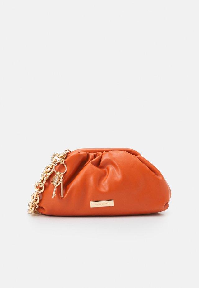 CHUNKY CHAIN ROUCHED BAG - Handbag - orange