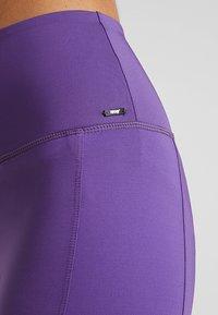 Hunkemöller - CAPRI TWIST - 3/4 sports trousers - plum jam - 5