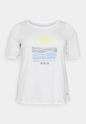 WITH SLEEVE DETAIL - Camiseta estampada - whisper white