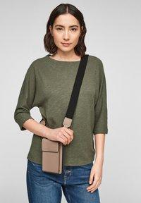 s.Oliver - MIT GELDBEUTEL - Across body bag - dark beige - 3