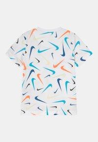 Nike Sportswear - PARADE - T-shirt con stampa - white - 1