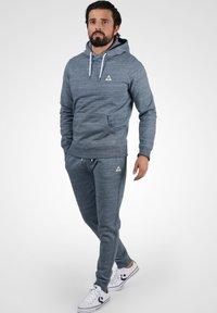 Blend - HENNY - Pantaloni sportivi - dark navy blue - 1