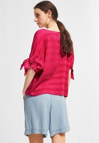 comma casual identity - MIT TUNNELZUG-DETAILS - Blouse - magenta woven stripes - 2
