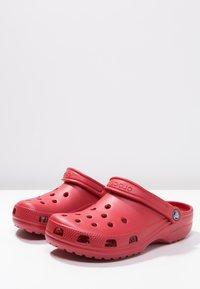 Crocs - CLASSIC UNISEX - Badesandaler - pepper - 2
