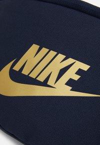 Nike Sportswear - HERITAGE UNISEX - Bæltetasker - obsidian/metallic gold - 3