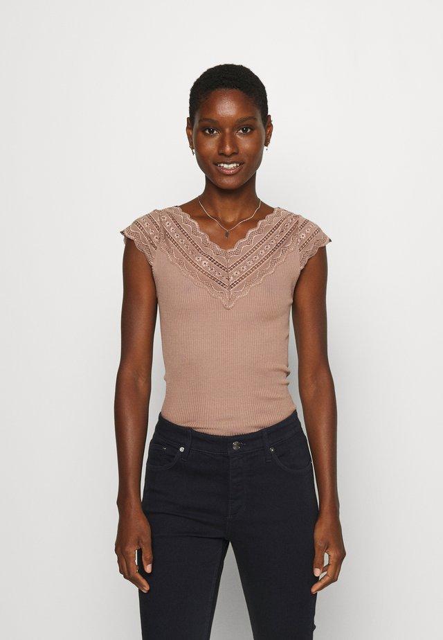 REGULAR WIDE - T-shirt z nadrukiem - nougat brown