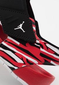 Jordan - FLARE UNISEX - Rantasandaalit - black/white/unerversity red - 5