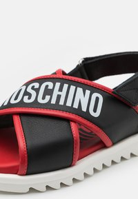 MOSCHINO - UNISEX - Sandals - black/red - 5