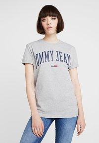 Tommy Jeans - COLLEGIATE LOGO TEE - Print T-shirt - light grey heather - 0