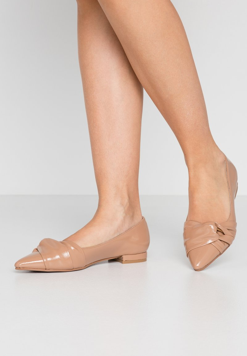 Dorothy Perkins - PHOEBE TWIST POINT SMART - Bailarinas - nude