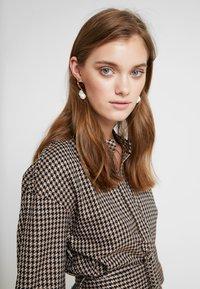 And Less - CAJA DRESS - Maxi šaty - caviar - 5