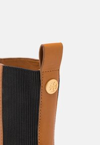 Tory Burch - CHELSEA BOOT - Classic ankle boots - bonnie brown/perfect black - 6