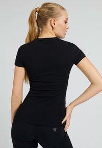 Guess - T-shirt z nadrukiem - schwarz - 2