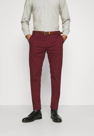 NEW BELTED  - Chino kalhoty - bordeaux